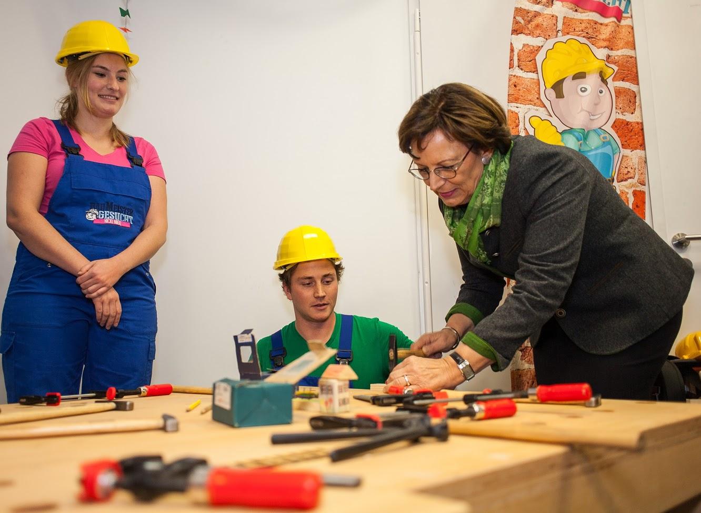 Gekonnt! Bayerns Familienministerin Emilia Müller trifft den Nagel auf den Kopf © MPA/C.Oliver 2017