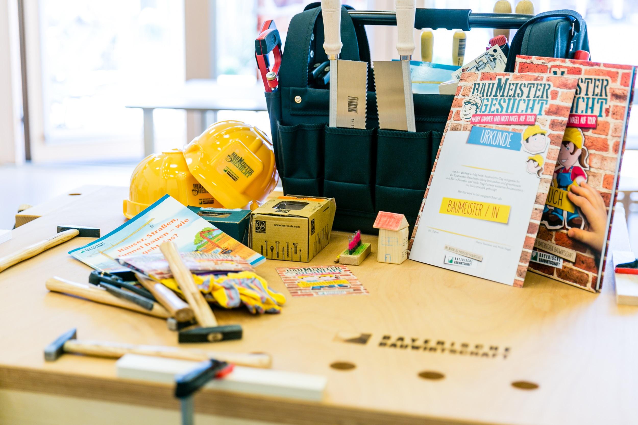 Das Baumeister Paket prall gefuellt- ua mit Werkbank, Werkzeug, und einem Handbuch © BBIV Schwaiger 2016